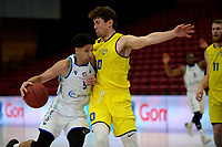 11-05-2021: Basketbal: Donar Groningen v Den Helder Suns: Groningen,  Donar speler Leon Williams met Den Helder speler Bolden Brace