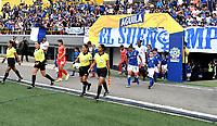 BOGOTÁ-COLOMBIA, 08-09-2019: Jugadoras de Millonarios y América de Cali, entran a la cancha para partido entre Millonarios y el América de Cali de ida de las semifinales por la Liga Águila Femenina 2019 jugado en el estadio Nemesio Camacho El Campín de la ciudad de Bogotá. / Players of Millonarios and America de Cali enter the field for the match between Millonarios and America de Cali of the semifinals for the 2019 Women's Aguila League played at the Nemesio Camacho El Campin Stadium in Bogota city, Photo: VizzorImage / Luis Ramírez / Staff.