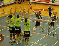 Volley Menen - Knack Randstad Roeselare : Sam Deroo met de bal over het blok van Lander Vandecaveye (links) , Chris Lamont (midden) en Julien Anton.foto VDB / BART VANDENBROUCKE