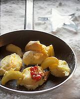Europe/Suisse/Saanenland/Gstaad: Crêpe rissolée à la crème acidulée aux pommes et groseilles - Recette de Marcus G. Linder chef du Grand Hôtel Park