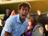 22-06-11, Tennis, England, Wimbledon, Robin Haase gaat voledig uit zin dak nadat hij zich plaatst voor de derde ronde ten kostte van Verdasco