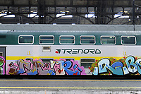 - Milano, Stazione Centrale, treno regionale Trenord con graffiti<br />