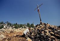 Medjugorie / Bosnia Erzegovina 1993<br /> Una fedele sul Monte delle apparizioni, Podbrdo.<br /> Da quando è iniziata la guerra il turismo legato al luogo di fede si è interrotto.<br /> Foto Livio Senigalliesi