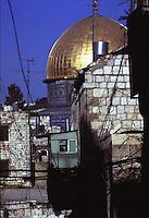 ISRAELE, Gerusalemme: vista tra le case della città sulla cupola dorata del Duomo della Roccia o Moschea della Roccia.