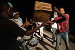 Les équipes de secouristes français débarquent au port de Jacmel, à 80km au sud de Port-au-Prince, le 18/01/2010.