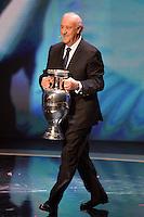 Vincente Del Bosque con la coppa <br /> Parigi 12-12-2015 Sorteggio fase finale Euro 2016 campionato Europeo di Calcio per Nazioni Francia 2016 <br /> Foto Anthony BIBARD / Panoramic / Insidefoto