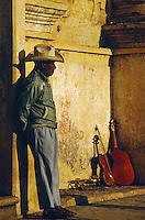 Mann mit Musikinstrumenten bei einem Fest in San Cristóbal de las Casas, Chiapas, Mexiko, Nordamerika