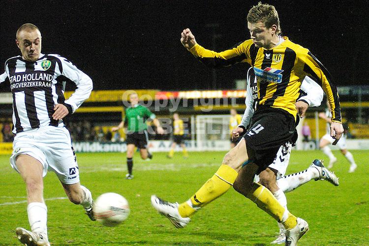 voetbal bv veendam - ado den haag jupiler league 25-01-2008 mark veldmate zet voor..fotograaf Jan Kanning