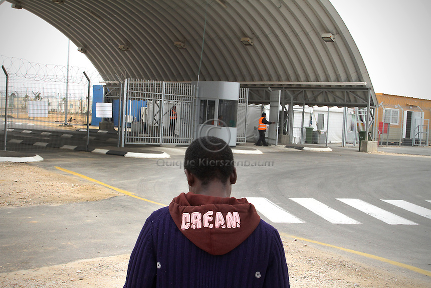 An African refugee makes his way back to the detention center Holot, in the Negev dessert in Israel. Around 350 African refugees are been held in Holot detention center, despite big demonstrations held in Tel Aviv and Jerusalem against the detention. Photo: Quique Kierszenbaum