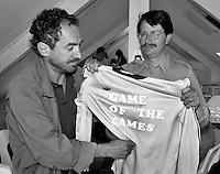 """1989, Hilversum, Dutch Open, Melkhuisje, Frank De Jongh ontvangt de 'Rode Lantaarn"""" van Harry van Meegen"""
