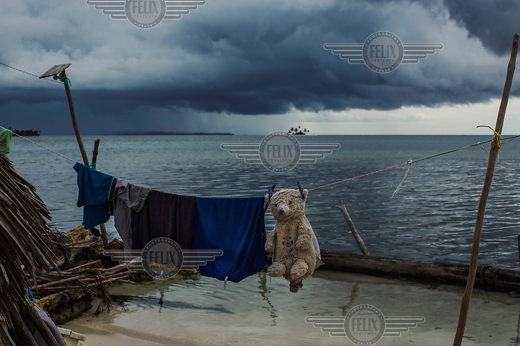 A storm approaches Banedub Island, in the San Blas archipelago where many islands are suffering from destructive tidal surges and human overpopulation, forcing the indigenous Guna people to abandon their islands and resettle on the mainland.