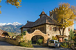 Italien, Suedtirol, bei Meran, Dorf Tirol: Schloss Thurnstein, im Hintergrund die schneebedeckten Gipfel der Sarntaler Alpen | Italy, South Tyrol, Alto Adige, near Merano, Tirolo: Castel Torre (Castle Thurnstein), at background snowcapped summits of Sarntal Alps (Alpi Sarentine)