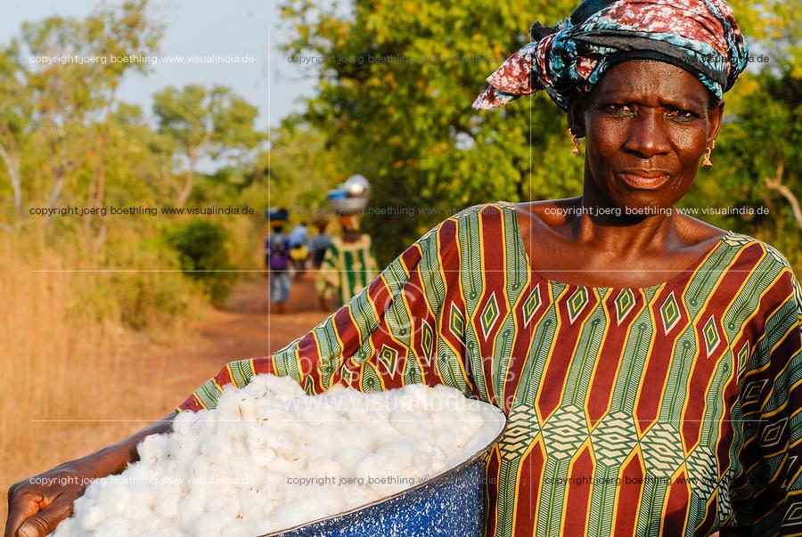 MALI , Bougouni , women harvest fair trade organic cotton / MALI , Biobaumwolle Projekt - Biofarmerin Kéniba Samake aus Dorf Faragouaran geht nach Baumwollernte nach Hause