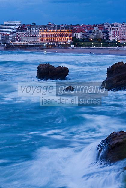Europe/France/Aquitaine/64/Pyrénées-Atlantiques/Pays-Basque/Biarritz:  La grande plage et l' Hôtel du Palais, Villa Eugénie par gros temps
