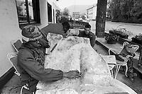 - NATO exercises in Germany, US Army umpire control a map (September 1986)....- esercitazioni NATO in Germania, arbitro dell'U.S.Army controlla una mappa (settembre 1986)