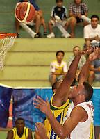 BUCARAMANGA -COLOMBIA, 06-04-2013. Un jugador de Bambuqueros trata de bloquear el lanzamiento de Hernández Villamil  de Búcaros durante partido de la vigésimacuarta fecha de la Liga DirecTV de baloncesto profesional colombiano disputado en la ciudad de Bucaramanga./  Bambuqueros' player tries to block Hernandez Villamil  of Bucarosgame of the 24th date of the DirecTV League of professional Basketball of Colombia at Bucaramanga city. Photo:VizzorImage / Jaime Moreno / STR
