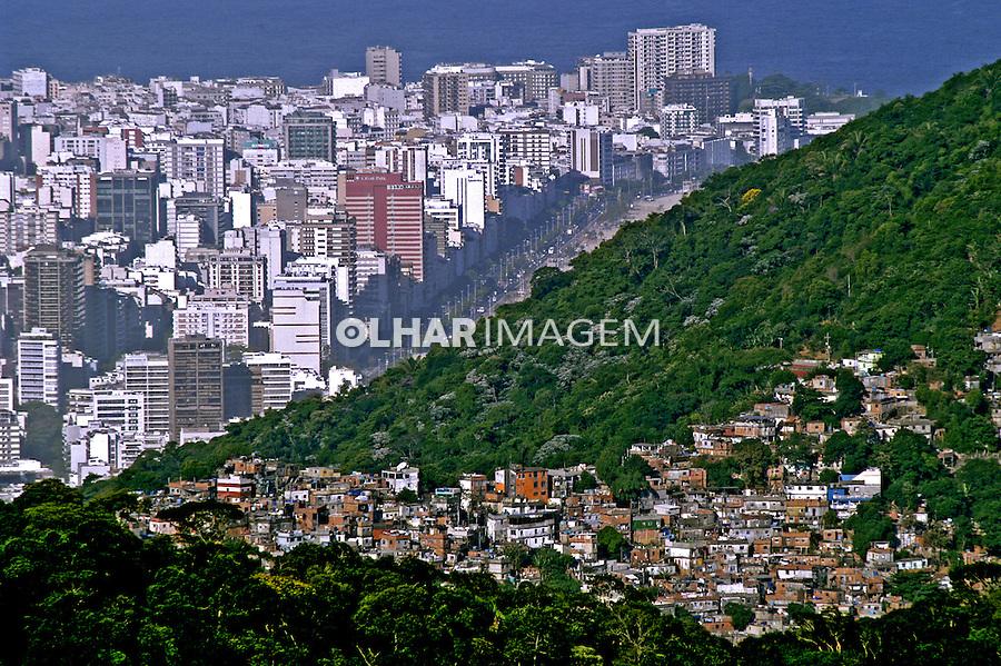 Prédios e favela no Rio de Janeiro. 2005. Foto de Ricardo Azoury.