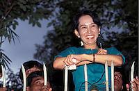 Birma/Myanmar, Rangoon/Yangon, 21 Juli 1995..Aung San Suu Kyi, Algemeen Sekretaris van de NLD oppositie partij houdt een toespraak na haar vrijlating uit huisarrest...Burma/Myanmar, Rangoon/Yangon, July 21 1995..Aung San Suu Kyi, Secretary General of the NLD party holds a speech after her release from house arrest...Photo Kees Metselaar