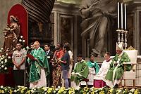 Il Cardinale Lorenzo Baldisseri (s) parla al termine della Messa di chiusura del Sinodo dei Vescovi celebrata da Papa Francesco (d) nella Basilica di San Pietro, Città del Vaticano, 28 ottobre 2018.<br /> Cardinal Lorenzo Baldisseri (l) delivers his speech at the end of the Mass for the closing of the synod of bishops celebrated by Pope Francis (r) in St. Peter's Basilica at the Vatican, on October 28, 2018.<br /> UPDATE IMAGES PRESS/Isabella Bonotto<br /> <br /> STRICTLY ONLY FOR EDITORIAL USE