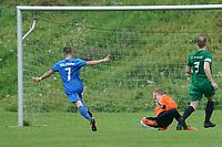 Niklas Strohauer (Erfelden) erzielt das 1:0 gegen Torwart Dominic Zell und Felix Stange (Rüsselsheim) - Erfelden 29.08.2021: SKG Erfelden gegen DJK SG Eintracht Rüsselsheim, Sportplatz Erfelden