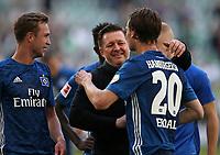 28.04.2018, Football 1. Bundesliga 2017/2018, 32.  match day, VfL Wolfsburg - Hamburger SV, in Volkswagen Arena Wolfsburg. celebration   Matti Steinmann (Hamburg) , Trainer Christian Titz (Hamburg) and Albin Ekdal (Hamburg)  *** Local Caption *** © pixathlon<br /> <br /> +++ NED out !!! +++<br /> Contact: +49-40-22 63 02 60 , info@pixathlon.de