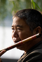 China, Peking (Beijing), Flötenspieler  am Houhai (hinterer See)