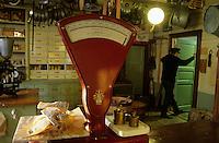 """Europe/Norvège/Iles Lofoten/Svolvaer : Restaurant """"Svinoya Borsen Rorbuer"""" - Le magasin général épicerie pour les pêcheurs - Morue séchée"""