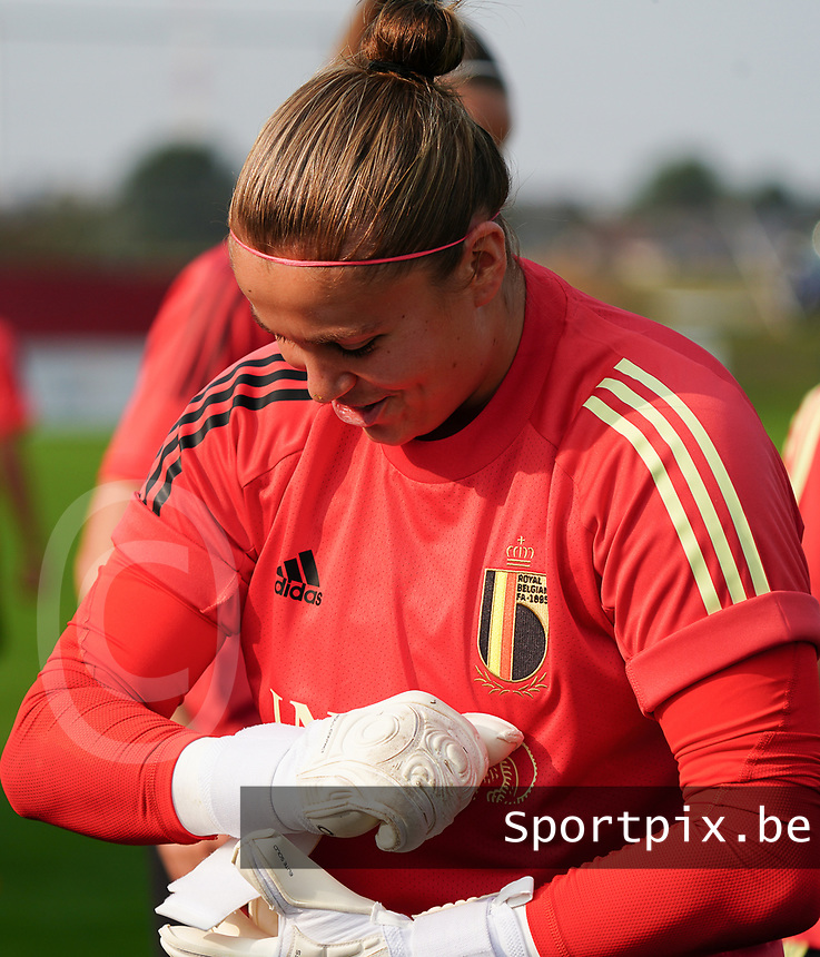 20200911 - TUBIZE , Belgium : Goalkeeper Justien Odeurs puts on her gloves during a training session of the Belgian Women's National Team, Red Flames , on the 11th of September 2020 in Tubize. PHOTO SEVIL OKTEM | SPORTPIX.BE