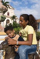Cuba, Mutter und Kind an der Plaza Mayor in Trinidad,  Provinz Sancti Spiritus