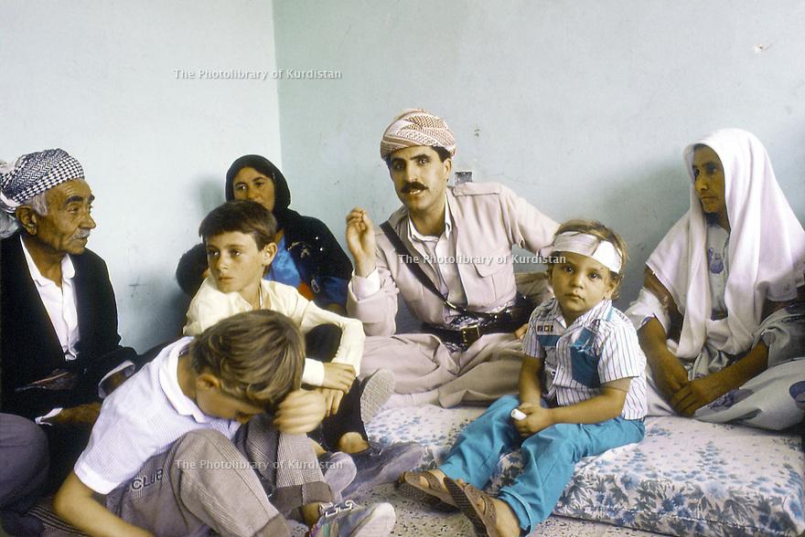 Irak 1991  Nechirvan Barzani reçu chez une famille à Dohok          Iraq 1991   Nechirvan Barzani visiting a family in Dohok