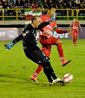 TUNJA  - COLOMBIA - 30 - 05 - 2017: Edis Ibargüen (Der.) jugador de Patriotas F. C. disputa el balon con Eduardo Lobos (Izq.) portero de Everton, durante partido de vuelta entre Patriotas F. C. de Colombia y Everton of Chile, de la primera fase, llave 5 por la Copa Conmebol Sudamericana en el estadio La Independencia de la ciudad de Tunja. / Edis Ibargüen (R) player of Patriotas F. C. vies for the ball with Eduardo Lobos (L) goalkeeper of Everton of Chile, during a match of the second leg of the first phase key 5 of between Patriotas F. C. of Colombia and Everton of Chile, for the Conmebol Sudamericana Cup 2017 at the La Libertad stadium in the city of Tunja. Photo: VizzorImage / Javier Morales / Cont.
