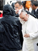 Papa Francesco arriva, sotto la pioggia, all'udienza generale del mercoledi' in Piazza San Pietro, Citta' del Vaticano, 29 maggio 2013..Pope Francis arrives, under a heavy rain, for his weekly general audience in St. Peter's square at the Vatican, 29 May 2013..UPDATE IMAGES PRESS/Riccardo De Luca..STRICTLY ONLY FOR EDITORIAL USE