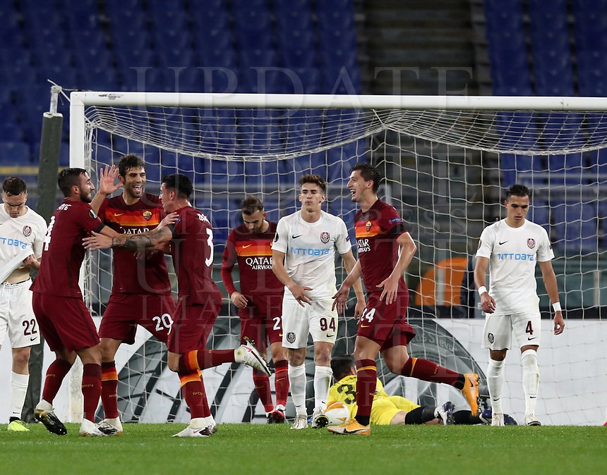 Football Soccer: UEFA Europa League UEFA Europa League Group A  AS Roma vs FCR Cluj, Olympic stadium, Rome, 5 November, 2020.<br /> Roma's Roger Ibanez (c) celebrates after scoring with his teammates during the Europa League football match between Roma and Cluj at the Olympic stadium in Rome on  5 November, 2020.<br /> UPDATE IMAGES PRESS/Isabella Bonotto