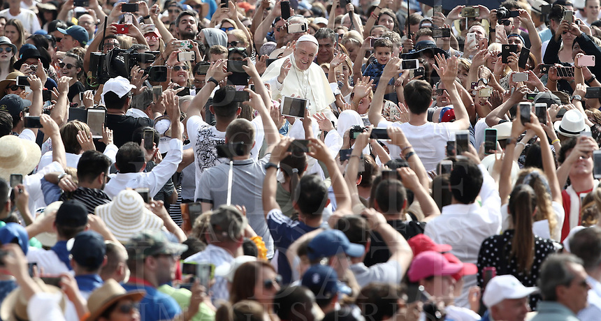 Papa Francesco saluta i fedeli al suo arrivo all'udienza generale del mercoledi' in Piazza San Pietro, Citta' del Vaticano, 6 giugno, 2018.<br /> Pope Francis waves to faithful as he arrives to lead his weekly general audience in St. Peter's Square at the Vatican, on June 6, 2018.<br /> UPDATE IMAGES PRESS/Isabella Bonotto<br /> <br /> STRICTLY ONLY FOR EDITORIAL USEUPDATE