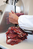 Varzi (Pavia), Cooperativa Agricola Canedo: allevamento semibrado di bovini da carne. Laboratorio di lavorazione e spaccio aziendale. Affettatrice --- Varzi (Pavia), Canedo Agricultural Cooperative: semi-wild breeding of beef cattle. Processing laboratory and farm shop. Slicer
