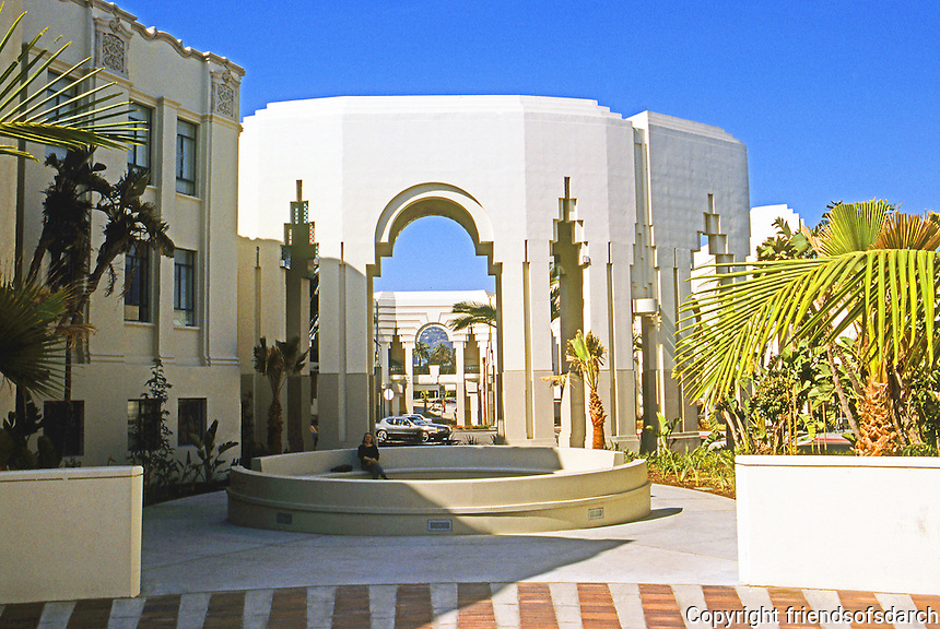Charles Moore: Beverly Hills Civic Center, courtyard. Photo '91.