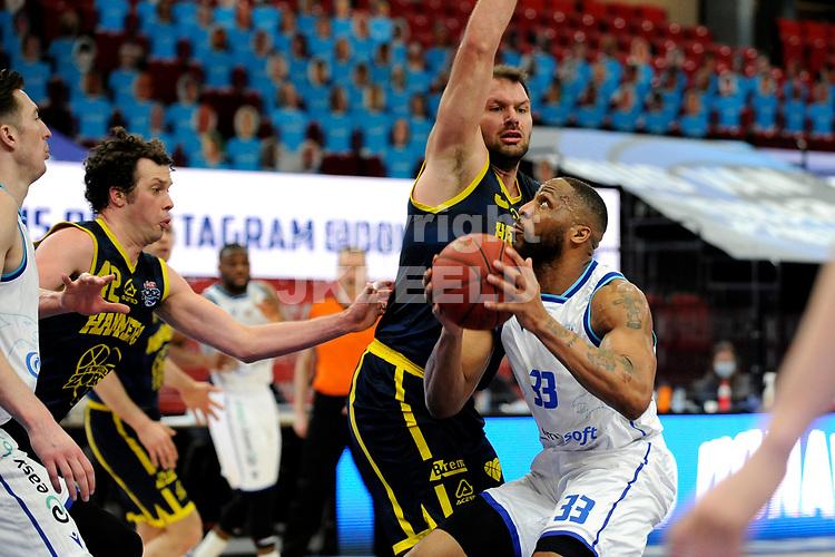 24-03-2021: Basketbal: Donar Groningen v Landstede Hammers: Groningen, Donar speler Juwann James met Landstede speler Jozo Rados