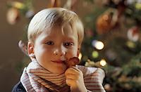 Europe/France/Alsace/68/Haut-Rhin/Ungersheim: Ecomusée d'Alsace - Petit garçon lors de Noël (AUTORISATION N°247)