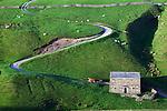 Great Britain, England, North Yorkshire, Tan Hill: Yorkshire Dales National Park, twisty road and stone barn | Grossbritannien, England, North Yorkshire, Tan Hill: Yorkshire Dales National Park, kurvenreiche Strasse und Scheune aus Stein