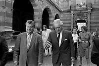 La cour du Capitole. Le 28 Mai 1985. Vue de A. Brouat et de Jacques Chaban-Delmas dans la cour du Capitole, après la victoire du Stade Toulousain en finale contre le RC Toulon.<br /> <br /> Jacques Chaban-Delmas, souvent surnommé « Chaban », né Jacques Delmasa le 7 mars 1915 à Paris 13e et mort le 10 novembre 2000 à Paris 7e, est un résistant, général de brigade et homme d'État français.<br /> <br /> Considéré comme l'un des « barons du gaullisme », il est notamment maire de Bordeaux de 1947 à 1995, ministre sous la IVe République et président de l'Assemblée nationale à trois reprises entre 1958 et 1988.<br /> <br /> Premier ministre de 1969 à 1972, sous la présidence de Georges Pompidou,