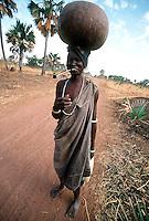 Rumbek / South Sudan.<br /> Tra i Dinka della regione del Bahr El Ghazal, pastori che vivono in lotta con la tribu di agricoltori Nuer. La mancanza di acqua, indispensabile per la vita di persone e animali è spesso motivo di tensioni tra i vari gruppi etnici. <br /> Among the Dinka of Bahr El Ghazal region, shepherds living in struggle with the Nuer tribe of farmers for the control of the territory plagued by drought and famine.<br /> Photo Livio Senigalliesi