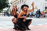 """SAO PAULO,SP, 02.11.2018 - ZUMBI-WALKING - Centenas de pessoas participam de uma caminhada """"zumbi"""" no centro de São Paulo, nesta sexta-feira feriado de finados, 02. (Foto: Paulo Guereta/ Brazil Photo Press)"""