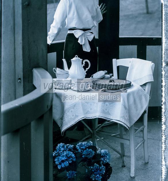 France, Calvados (14), Côte Fleurie, Deauville,  Avant le thé, la Villa Strassburger, mention obligatoire  // France, Calvados, Côte Fleurie, Deauville,  Before tea service , Villa Strassburger, compuslsory Mention