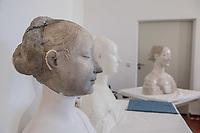 """Die Skulpturensammlung und das Museum fuer Byzantinische Kunst der Staatlichen Museen zu Berlin restaurieren derzeit 59 Kunstwerke, von denen viele im Zweiten Weltkrieg in den Flakbunker Friedrichshain ausgelagert wurden und dort schwere Schaeden durch zwei verheerende Braende erlitten haben. Unter den Skulpturen und Reliefs der Renaissance-Zeit finden sich u.a. Meisterwerke wie Donatellos """"Madonna mit vier Cherubim"""" (um 1440) und Tullio Lombardos Schildtraeger (Ende 15. Jh.).<br /> Dank der grosszuegigen Foerderung der Ernst von Siemens Kunststiftung konnte 2017 ein umfassendes Restaurierungs- und Forschungsprojekt fuer die Bestaende des Bode-Museums gestartet werden, die von den Spuren der Braende und ihrer dramatischen Geschichte in und nach dem Krieg gezeichnet sind. Im Rahmen der Initiative KUNST AUF LAGER werden adaequate Restaurierungs- und Ergaenzungsmassnahmen erarbeitet und durchgefuehrt – mit dem Ziel, viele dieser Hauptwerke nach mehr als 70 Jahren wieder der Oeffentlichkeit praesentieren zu koennen.<br /> Im Bild: Die restaurierte Bueste """"Bildnis einer Prinzessin von Neapel"""". Enstanden um 1470.<br /> 10.4.2018, Berlin<br /> Copyright: Christian-Ditsch.de<br /> [Inhaltsveraendernde Manipulation des Fotos nur nach ausdruecklicher Genehmigung des Fotografen. Vereinbarungen ueber Abtretung von Persoenlichkeitsrechten/Model Release der abgebildeten Person/Personen liegen nicht vor. NO MODEL RELEASE! Nur fuer Redaktionelle Zwecke. Don't publish without copyright Christian-Ditsch.de, Veroeffentlichung nur mit Fotografennennung, sowie gegen Honorar, MwSt. und Beleg. Konto: I N G - D i B a, IBAN DE58500105175400192269, BIC INGDDEFFXXX, Kontakt: post@christian-ditsch.de<br /> Bei der Bearbeitung der Dateiinformationen darf die Urheberkennzeichnung in den EXIF- und  IPTC-Daten nicht entfernt werden, diese sind in digitalen Medien nach §95c UrhG rechtlich geschuetzt. Der Urhebervermerk wird gemaess §13 UrhG verlangt.]"""