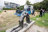 """10 Jahre Roggenernte im ehemaligen Todesstreifen.<br /> Am Donnerstag den 30. Juli 2015 fand auf dem Mauerstreifen an der Kapelle der Versoehnung in der Bernauer Strasse die 10. Roggenernte statt.<br /> Nach biblischem Vorbild wird auf einem Stueck des ehemaligen Todesstreifen Brotgetreide angebaut.<br /> Angeregt durch ein schwedisches Vorbild bei Uppsala entwickelte der Bildhauer und Steinmetz Michael Spengler 2005 die sechs Jahre alte Idee eines Roggenfeldes weiter. Er betonte den starken Bezug des Getreideackers zum Gottesacker.<br /> Thomas Jeutner, Pfarrer der Versoehnungsgemeinde: """"Es steht kein Schild am Rand des Getreidefeldes, das die Kapelle der Versoehnung saeumt. Dass sich hier mitten in der Grossstadt Roggenhalme im Wind wiegen, erklaert sich von selbst: Ein Getreidefeld auf dem ehemaligen Todesfeld. Zeichen des Lebens.""""<br /> 30.7.2015, Berlin<br /> Copyright: Christian-Ditsch.de<br /> [Inhaltsveraendernde Manipulation des Fotos nur nach ausdruecklicher Genehmigung des Fotografen. Vereinbarungen ueber Abtretung von Persoenlichkeitsrechten/Model Release der abgebildeten Person/Personen liegen nicht vor. NO MODEL RELEASE! Nur fuer Redaktionelle Zwecke. Don't publish without copyright Christian-Ditsch.de, Veroeffentlichung nur mit Fotografennennung, sowie gegen Honorar, MwSt. und Beleg. Konto: I N G - D i B a, IBAN DE58500105175400192269, BIC INGDDEFFXXX, Kontakt: post@christian-ditsch.de<br /> Bei der Bearbeitung der Dateiinformationen darf die Urheberkennzeichnung in den EXIF- und  IPTC-Daten nicht entfernt werden, diese sind in digitalen Medien nach §95c UrhG rechtlich geschuetzt. Der Urhebervermerk wird gemaess §13 UrhG verlangt.]"""