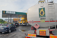 - independent petrol station at south outskirts of Milan, thanks to resort to free market can charge prices lower than those of large distribution chains....- distributore indipendente di carburanti alla periferia sud di Milano, grazie al ricorso al mercato libero pratica prezzi inferiori a quelli delle grandi catene di distribuzione