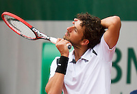 France, Paris , May 26, 2015, Tennis, Roland Garros, Robin Haase (NED) fixes his nek<br /> Photo: Tennisimages/Henk Koster