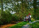 Deutschland, Baden-Wuerttemberg, Ortenaukreis, Kirnbach (Wolfach): drei junge Frauen auf dem Kirnbacher Bollenhut-Talwegle in der beruehmten Kirnbacher Tracht mit dem roten und schwarzen Bollenhut, die heute in der ganzen Welt als Schwarzwaelder Tracht bekannt ist | Germany, Baden-Wurttemberg, Kirnbach (Wolfach): three young women in famous Black Forest costume with red and black Bollenhat