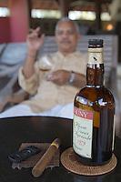France/DOM/Martinique/Le François: Hôtel Cap Est Lagoon Resort & Spa: Ralf Thamar, Chanteur, Au bar à Rhum et Cigares le Cohi-Bar - Dégustation de Rhum [Non destiné à un usage publicitaire - Not intended for an advertising use] [