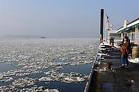 Deutschland, Hamburg, Blankenese, Fähranleger im Winter, Ponton op 'n Bulln, Restaurant Fischclub
